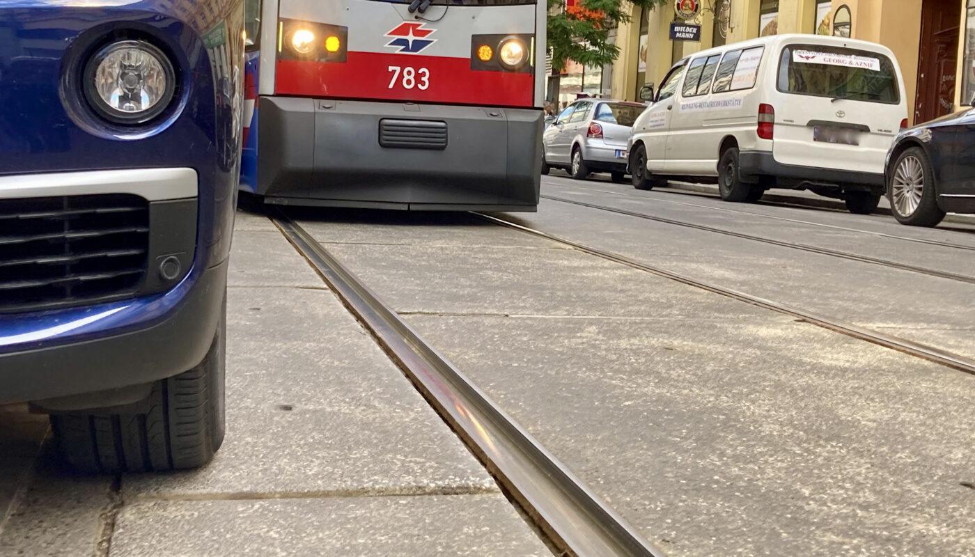 Auto blockiert Straßenbahn
